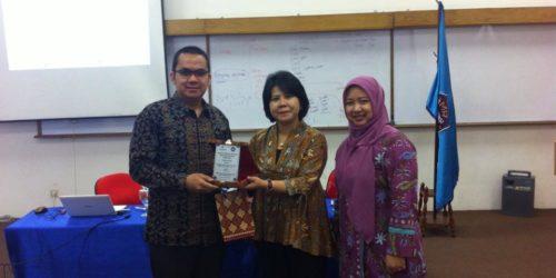 Bapak Ahalik Mendapataan Penghargaan Sebagai Pembicara Di Institut Bisnis Nusantara