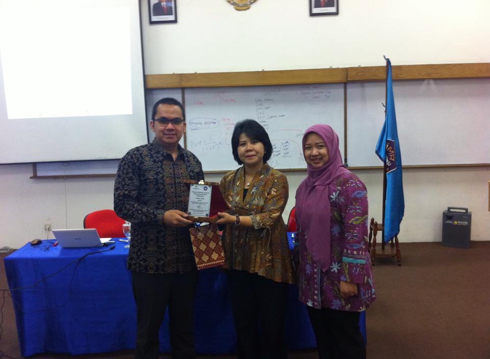 Bpk. Ahalik Mendapat Penghargaan Sebagai Pembicara Di Institut Bisnis Nusantara Dari Bedah Buku IFRS Yang Beliau Tulis Sendiri